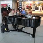 「エリーゼのために」を空港ロビーでピアノ演奏。独自アレンジに観客興奮!