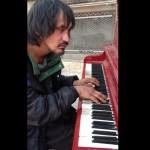 【感動動画】 ホームレスの男性が弾くピアノ演奏に賞賛の嵐