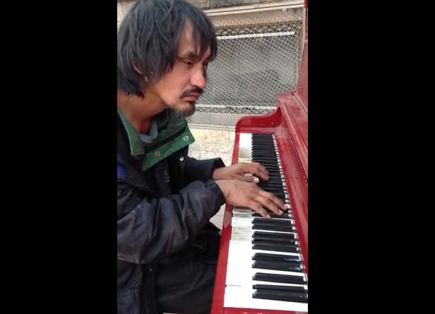 ホームレスの男性のピアノ演奏
