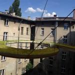 【びっくり】ビル上層にある2つのオフィスを緑豊かな遊歩道で連結